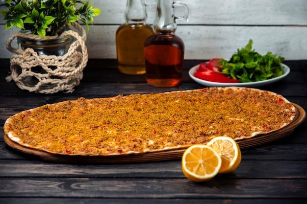 Lahmacun frais sur la table
