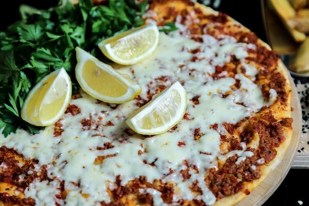 Lahmajun viande hachée fromage persil citron vue latérale