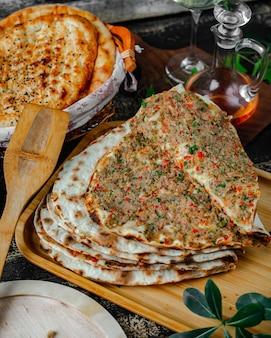 Lahmajun avec viande et mélange de légumes