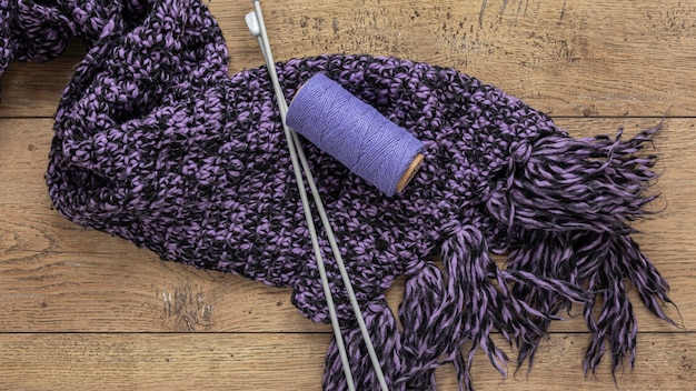 Laine et aiguilles à tricoter pour écharpe