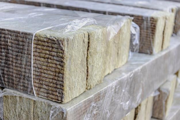 Laine minérale de roche sur un chantier de construction. fermer. laine minérale pliée sur palette dans un emballage cellophane.