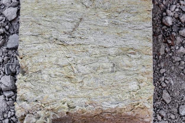 Laine minérale de roche sur un chantier de construction. fermer.