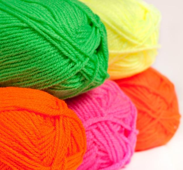 Laine multicolore roulée en boules dans la boutique, gros plan