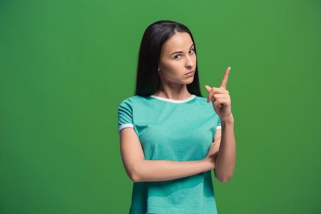 Laisse-moi penser. concept de doute. femme pensive douteuse avec une expression réfléchie faisant le choix. jeune femme émotionnelle. émotions humaines, concept d'expression faciale. de face . studio. isolé sur vert branché