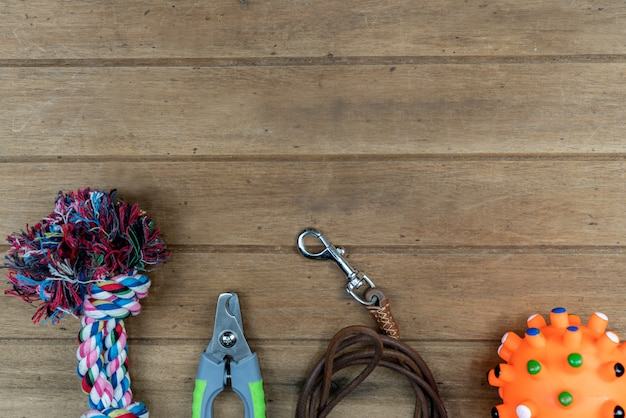 Laisses pour animaux de compagnie sur table en bois. concept d'accessoires pour animaux de compagnie
