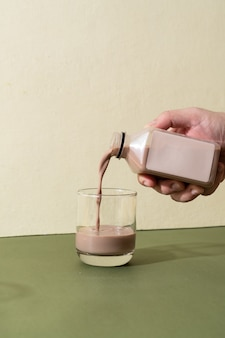 Lait d'amande et bouteille de lait au chocolat aux amandes