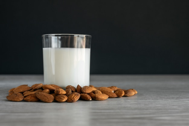 Lait d'amande végétalien, lait alternatif non laitier