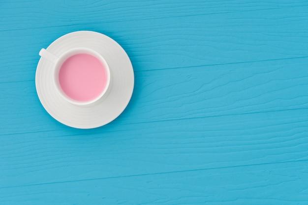 Lait aux fraises de l'espace sur fond bleu pastel