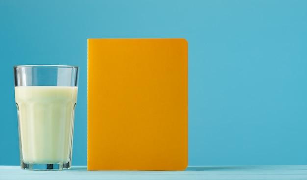 Lait aux fruits de l'espace avec carnet de notes jaune sur bleu
