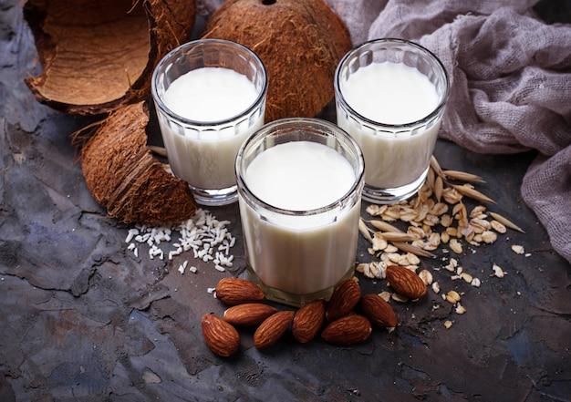 Lait d'avoine, noix de coco et amandes. boisson végétalienne non laitière