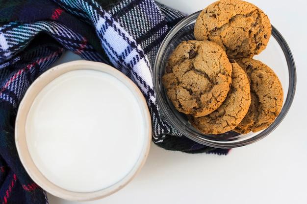 Lait avec biscuits sur plaid doux à carreaux
