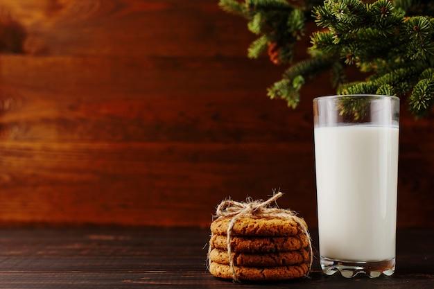 Lait et biscuits pour le père noël sous le sapin