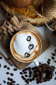 Lait cappuccino haricots mousseux art vue de dessus