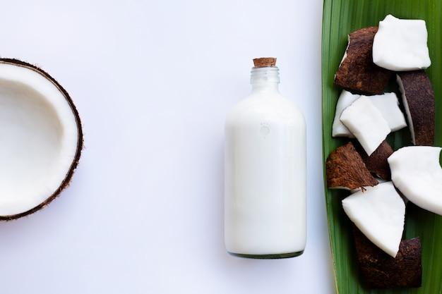 Lait de coco et noix de coco sur fond blanc
