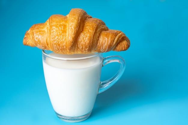 Lait et croissants pour le petit déjeuner