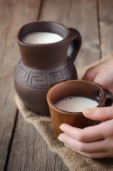 Le lait frais dans un pichet d'argile.