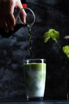 Lait frais froid mélangé à de délicieux jus de fruits