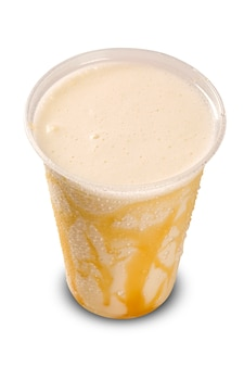 Lait frappé à la vanille isolé sur blanc