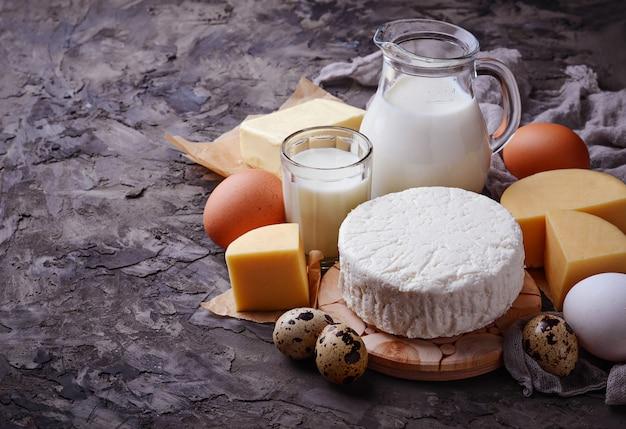Lait, fromage cottage, crème sure, beurre, œufs