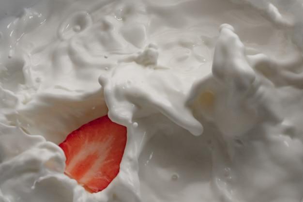Lait et fruits éclaboussures vagues fond blanc isolé