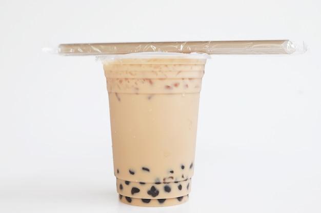 Lait glacé taiwan thé et bubble boba la nouvelle paille mise sur la tasse supérieure, boisson fraîche sur fond blanc et boisson fraîche isolée et paille
