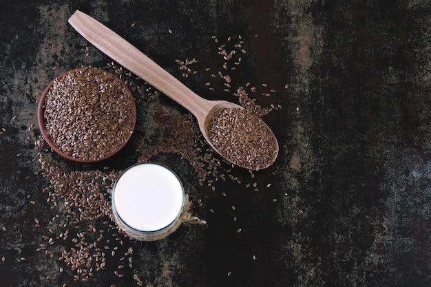 Lait de lin et graines de lin. concept de lait végétalien. régime keto boissons keto.