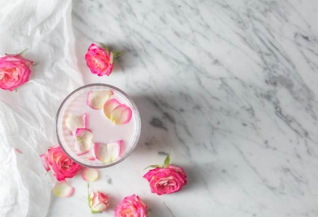 Lait de lune préparé avec une fleur rose rose