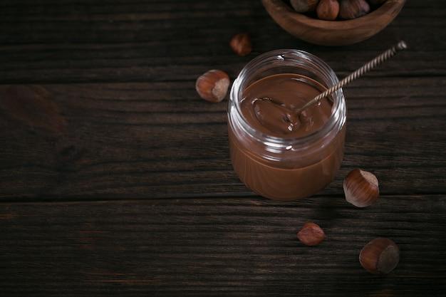 Lait de noisette au chocolat fait maison étalé sur un fond sombre