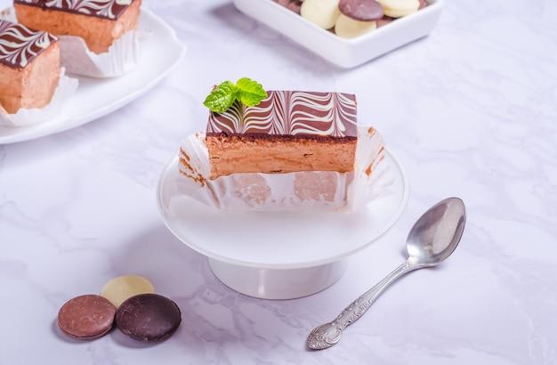 Lait d'oiseau brownie au chocolat avec glaçage sur plaque