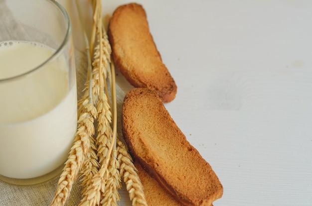 Le lait et le pain en tant qu'aliments sains et simples, gâterie traditionnelle pour imbolc, vacances celtiques païennes wicca