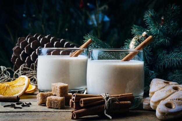 Lait de poule, boisson traditionnelle de noël avec cannelle, clou de girofle et noix de muscade. boissons maison. ambiance de noël en hiver.