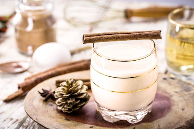 Le lait de poule ou lait de poule alcoolisé est une boisson alcoolisée, un cocktail d'origine américaine, servi au dîner de noël