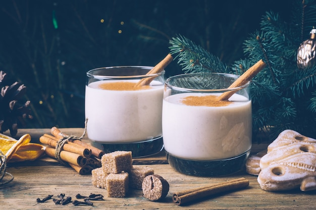 Lait de poule (lait de poule), boisson traditionnelle d'hiver de noël avec cannelle, clous de girofle et muscade. boissons maison.