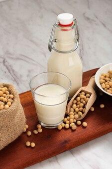 Le lait de soja est une boisson à base de graines de soja, appelée lait car il est blanc jaunâtre semblable au lait. alternative saine pour le lait non laitier. en indonésie aussi appelé sari dele/susu dele/susu kedelai