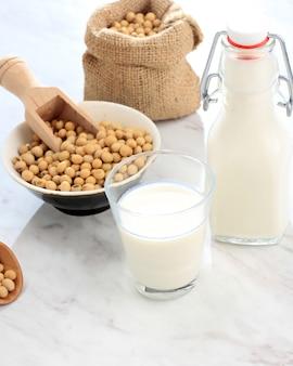 Le lait de soja est une boisson à base de graines de soja, appelée lait car il est blanc jaunâtre semblable au lait. alternative saine pour le lait non laitier. en indonésie aussi appelé sari dele