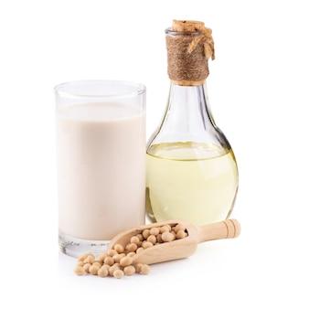 Lait de soja, huile de soja et soja isolé sur fond blanc