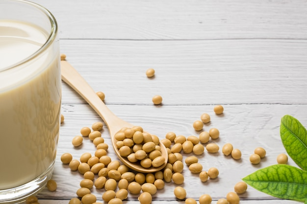 Le lait de soja et le soja sur fond de tableau blanc, concept sain. avantages du soja.