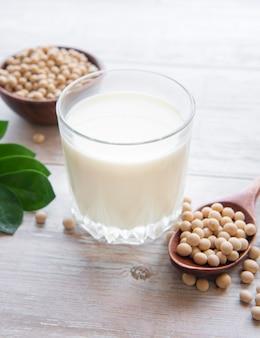 Lait de soja et soja sur la table produit végétal sain