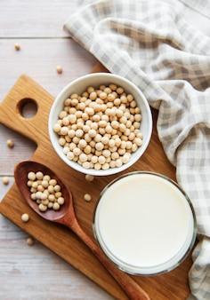 Lait de soja et soja sur la table - produit végétal sain