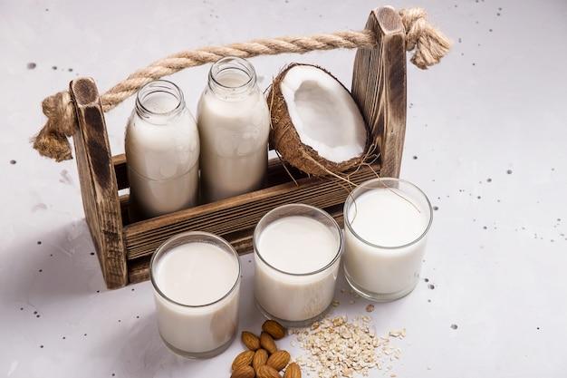 Lait végétalien à base de noix de coco, d'avoine et d'amandes