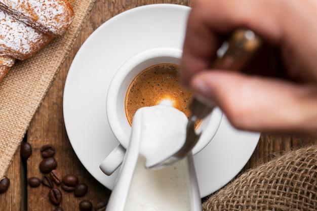 Lait versé sur espresso