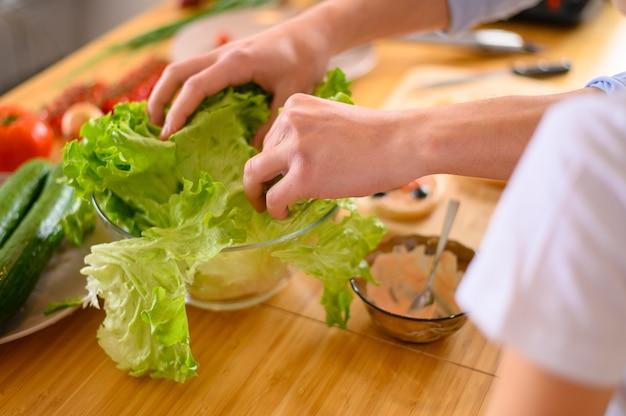 Laitue en gros plan et autres légumes