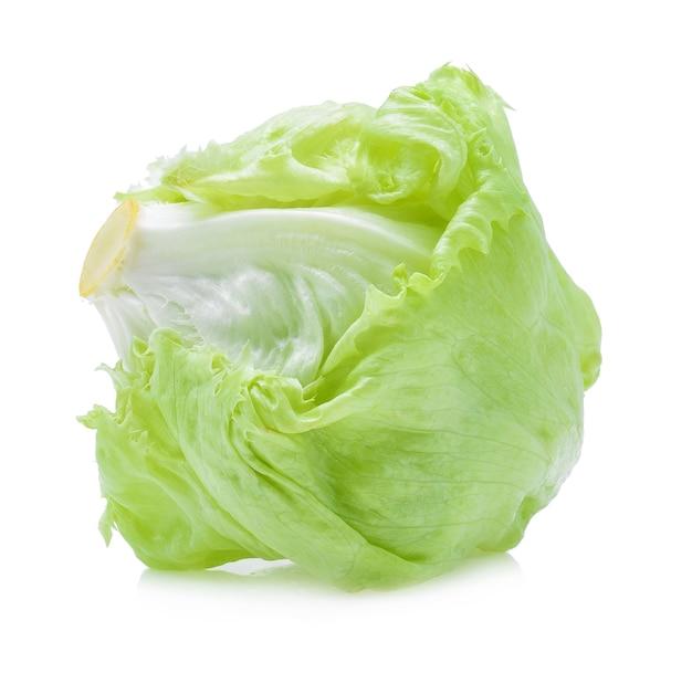 Laitue iceberg verte sur blanc.