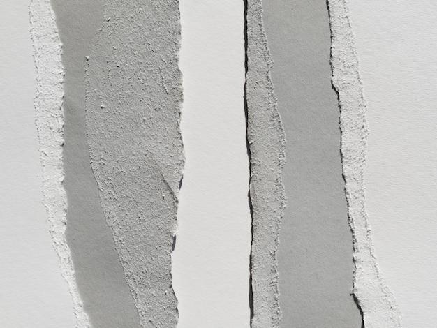 Des lambeaux de papier gris