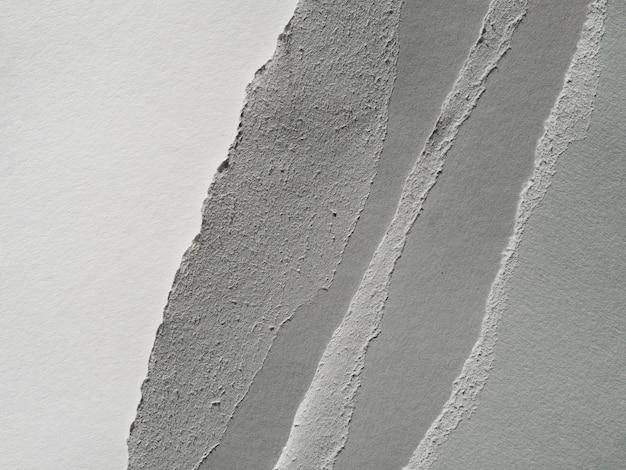 Des lambeaux de papiers en niveaux de gris