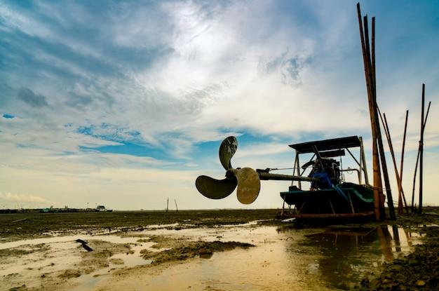 Lame de bateau sur la côte de la mer avec ciel bleu et nuages blancs au chantier naval.