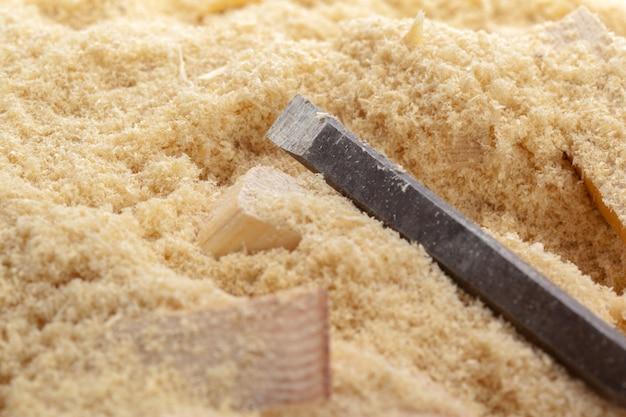 Lame de burins tranchants avec sciure de bois