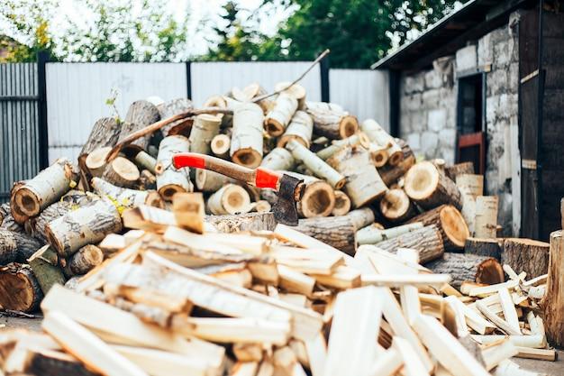 Une lame tranchante d'une hache qui ressort dans un cale en bois. concept rustique