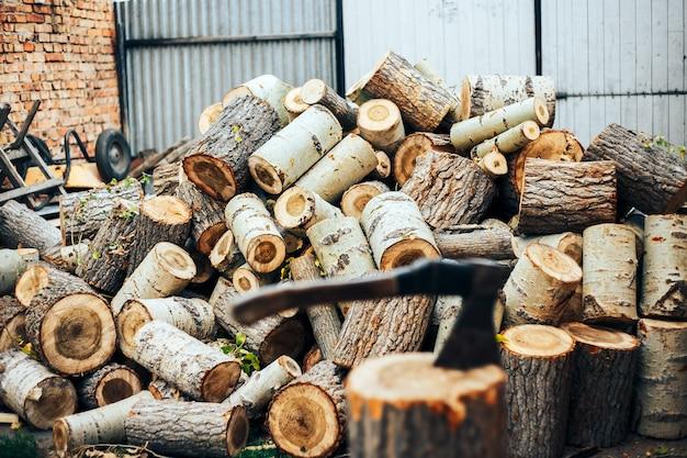 Une lame tranchante d'une hache qui ressort dans un cale en bois.