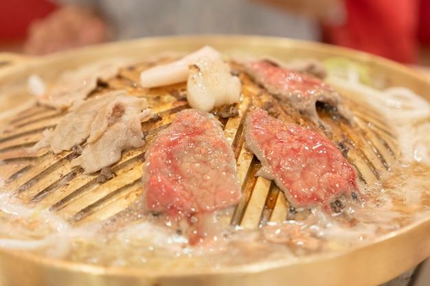 Les lamelles de viande qui sont grillées sur la poêle.